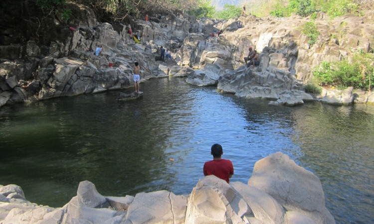 Kesejukan Air Sungai Ule di Celebes Canyon Barru